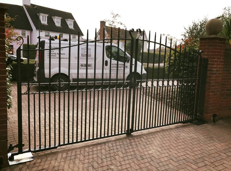 Installation in beaulipark Chelmsford, original gates with new gibidi hydraulic motors fitted