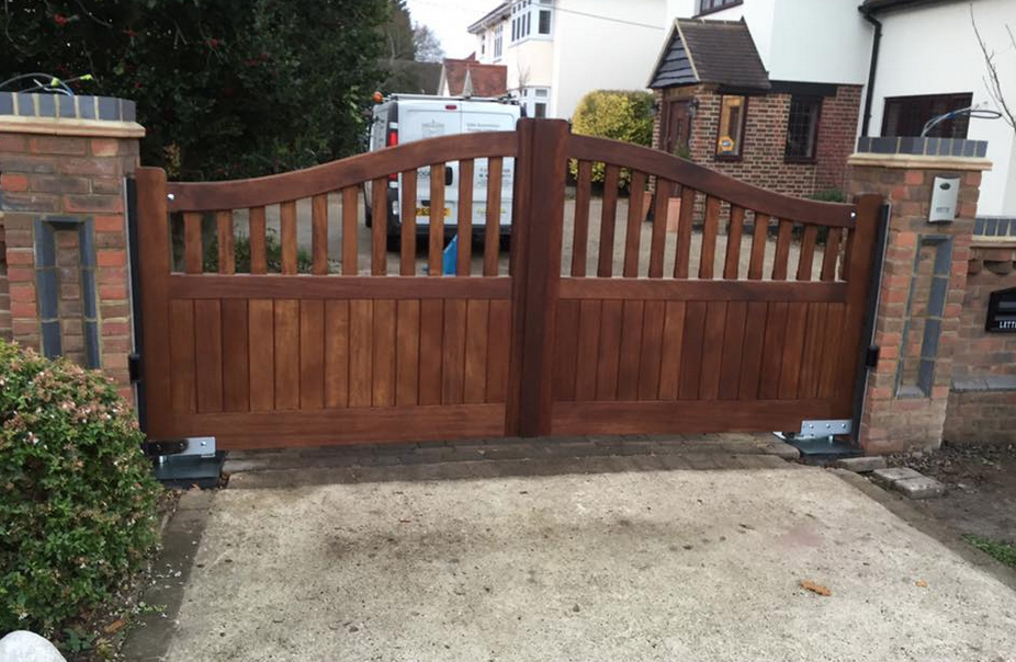 Installation in Rochford wooden gates with GIBIDI 24v underground with daitem intercom wireless with hinge safety edges